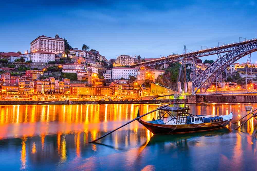 Tome uma bebida ao longo do rio Douro