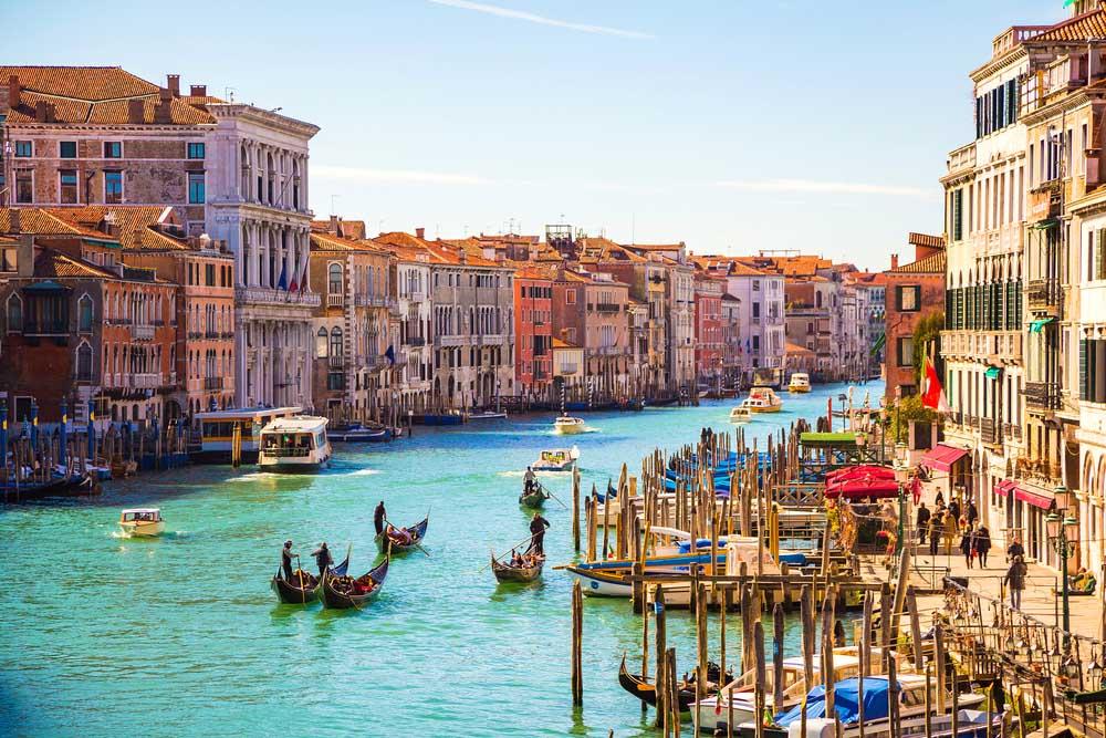 Passeie num Vaporetto através do Grande Canal